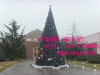 大型俱乐部外的大型框架圣诞树